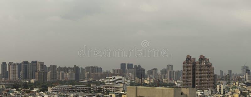 Le paysage urbain de la ville de Kaohsiung, Taïwan Avec beaucoup de bâtiments et de maisons dans la photo Cependant le temps est  photographie stock