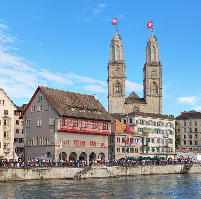 Le paysage urbain de Zurich avec Grossmunster a décoré des drapeaux photos libres de droits