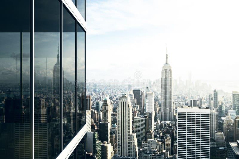 Le paysage urbain s'est reflété dans le verre d'un immeuble de bureaux photo libre de droits