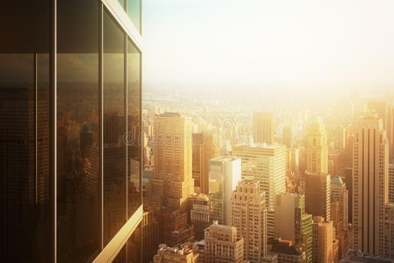 Le paysage urbain s'est reflété dans le verre d'un immeuble de bureaux au coucher du soleil image libre de droits