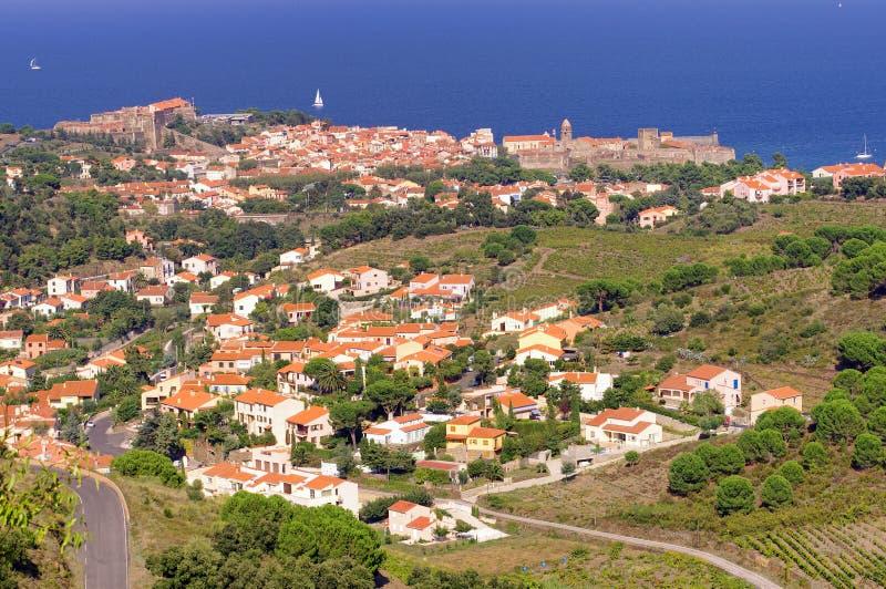 Le paysage vermillon de côte de Pyrénées Orientales, vignobles met en place avec le village de Collioure photos stock