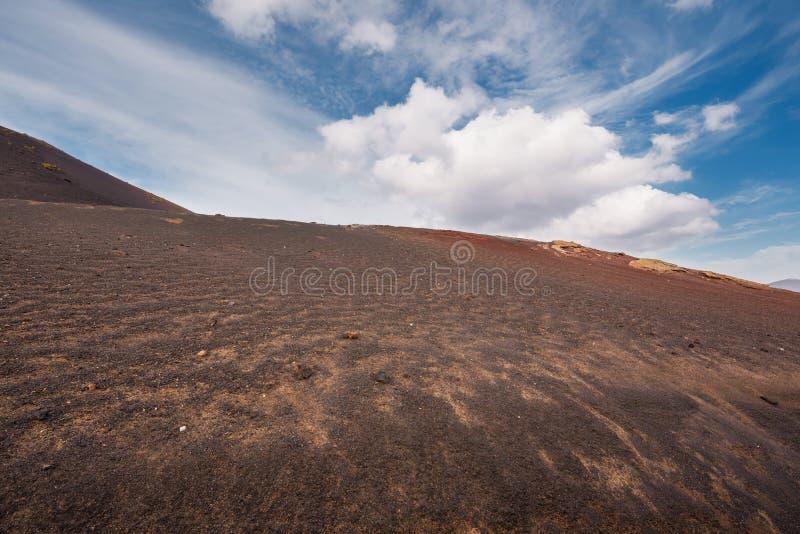 Le paysage volcanique étonnant et la lave abandonnent en parc national de Timanfaya, Lanzarote, Îles Canaries, Espagne images stock