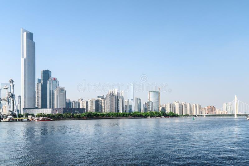 Le Pearl River et les bâtiments modernes du centre ville dans Guangzhou photo libre de droits