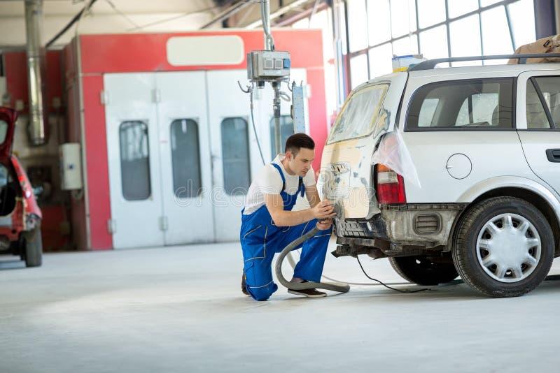 Le peintre de voiture préparent la partie du corps images libres de droits