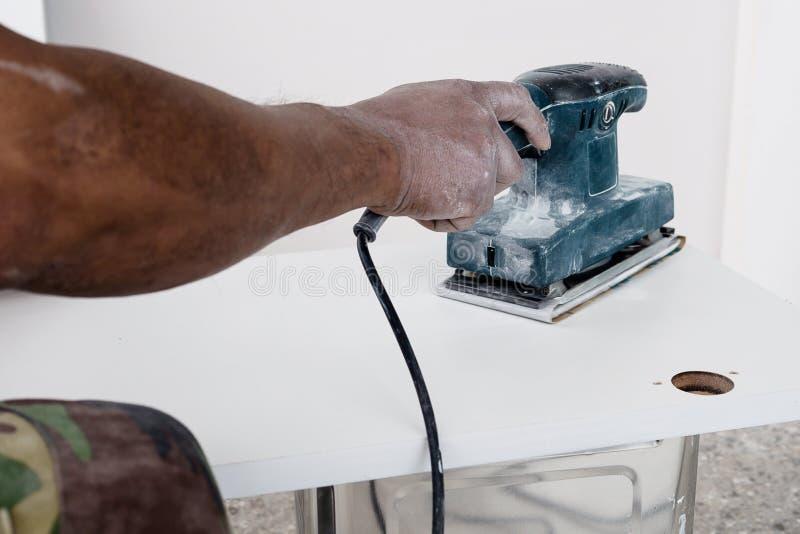 Le peintre travaille au procédé de peinture de meubles image stock