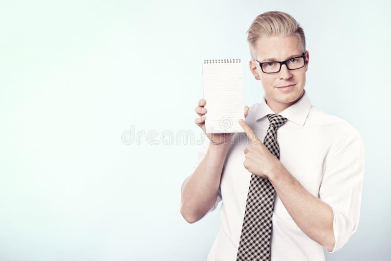 Le peka för affärsman fingrar på den tomma anteckningsboken. fotografering för bildbyråer