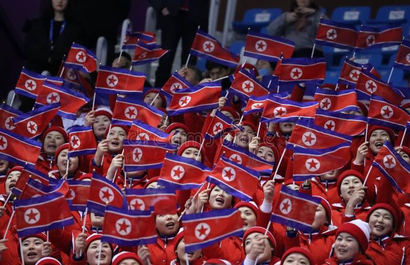 Le peloton encourageant du ` s de la Corée du Nord exécutent pendant le patinage gratuit de patinage de paires dans l'arène de gl photo libre de droits
