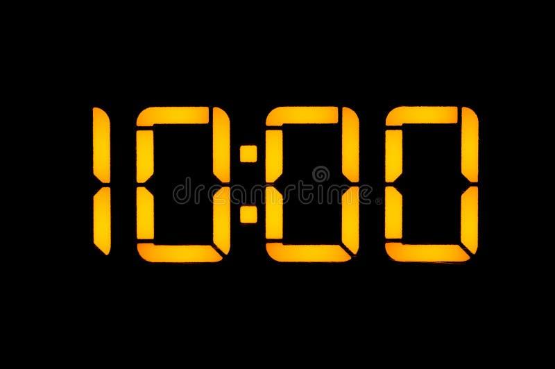 Le pendule à lecture digitale électronique avec des nombres oranges sur un fond noir montre la période de dix heures de zéro pend images libres de droits