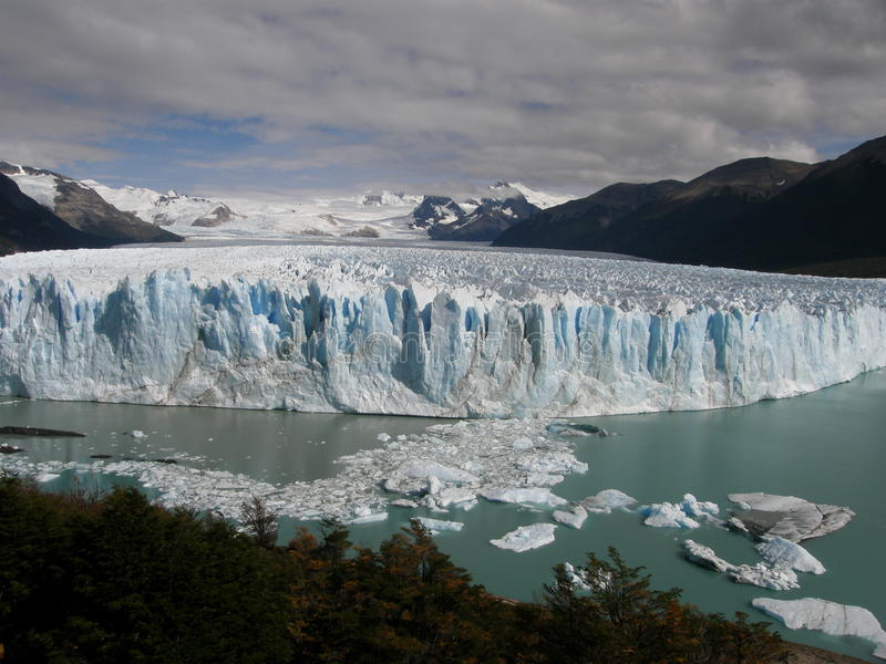 Le Perito Moreno Glacier Calving dans le lac (Lago) Argentino près d'EL Calafate, Patagonia, Argentine photos stock