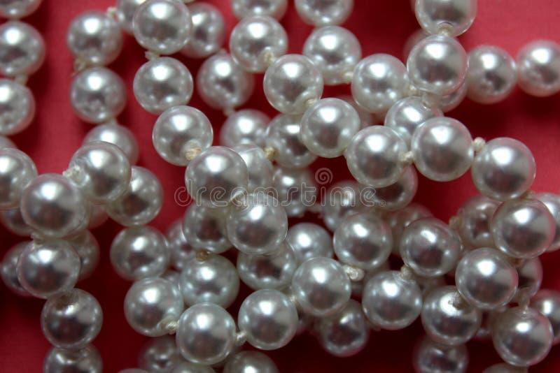 Le perle del fondo in un mucchio fotografia stock libera da diritti
