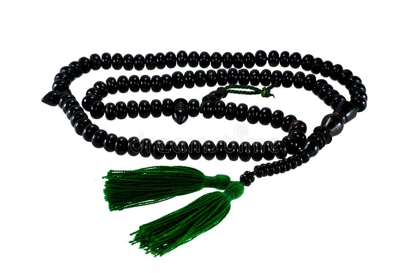 Le perle di legno musulmane del rosario fanno dal legno dell'oro isolato su bianco fotografia stock