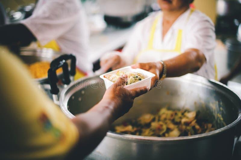 Le persone che tengono in mano un piatto ricevono una donazione da un buon amico, il concetto di dare con cura fotografia stock libera da diritti