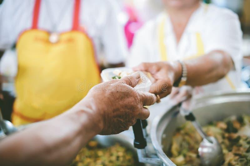 Le persone che tengono in mano un piatto ricevono una donazione da un buon amico, il concetto di dare con cura fotografia stock