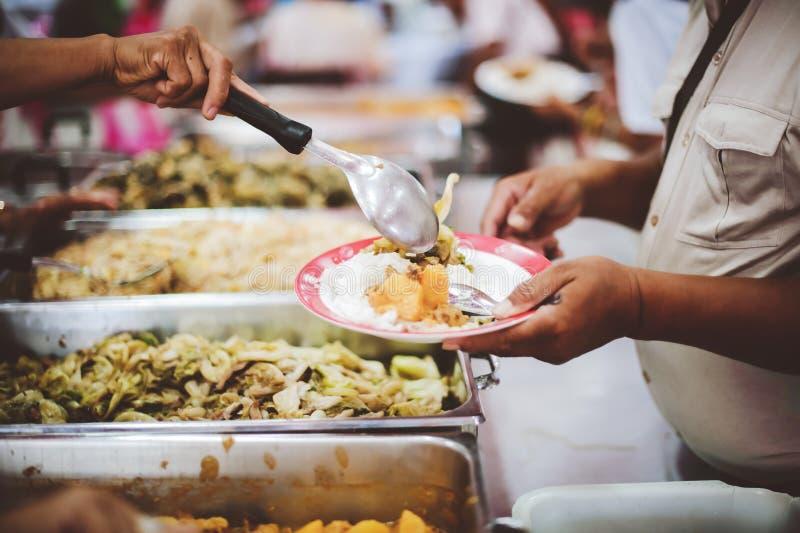 Le persone che tengono in mano un piatto ricevono una donazione da un buon amico, il concetto di dare con cura fotografie stock libere da diritti