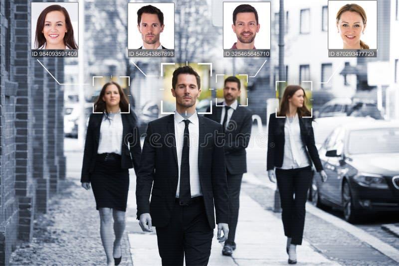 Le persone di affari affrontano riconosciuto con il sistema d'insegnamento intellettuale fotografia stock libera da diritti