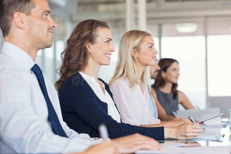 Le persone di affari assistono al seminario immagini stock libere da diritti