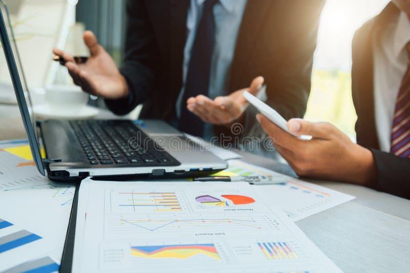 Le persone di affari partners la discussione i documenti e delle idee alla discussione insieme immagine stock libera da diritti