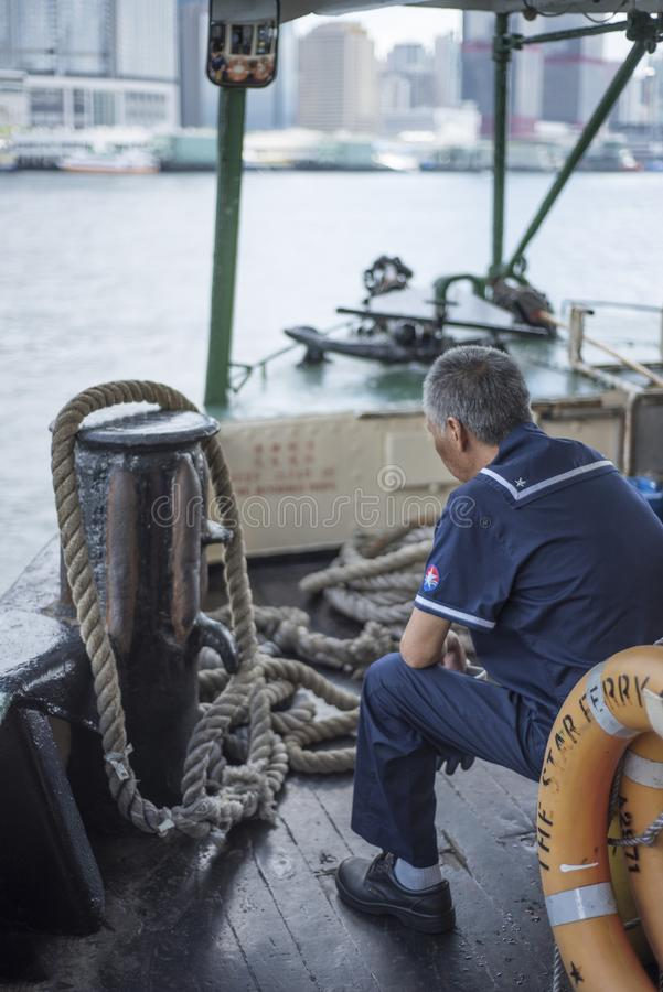 Le personnel de ferry d'étoile se repose pendant que le bateau croise Victoria Harbour en Hong Kong photo libre de droits