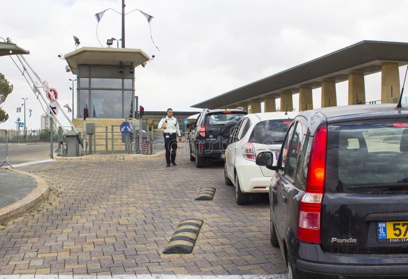 Le personnel de sécurité armé équipe le point de contrôle de véhicule sur la route de glissement à l'entrée aux bâtiments israéli photo libre de droits