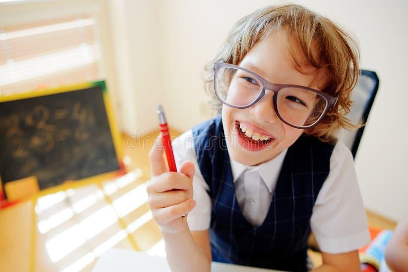 Download Le Petit écolier Drôle En Verres S'assied à Un Bureau D'école Photo stock - Image du disciple, élémentaire: 76079136