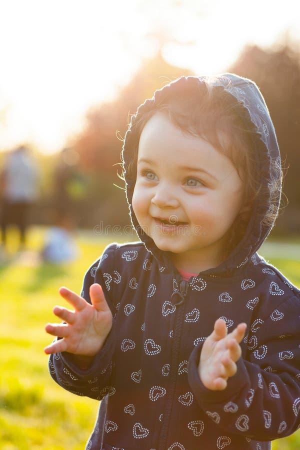 Le petit bébé joue en parc dans le contre-jour image libre de droits