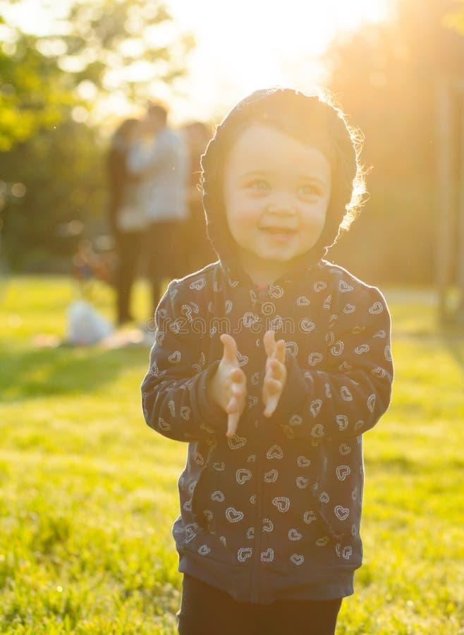 Le petit bébé joue en parc dans le contre-jour images libres de droits