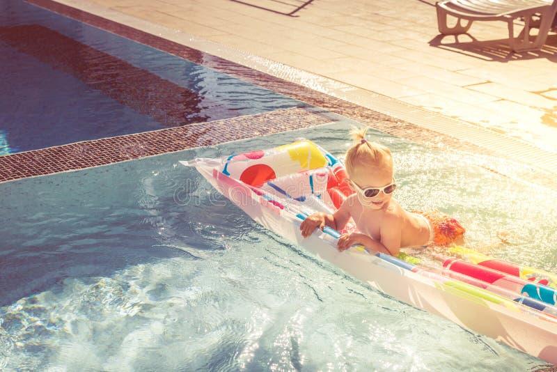 Le petit bébé mignon nage sur un matelas gonflable photographie stock