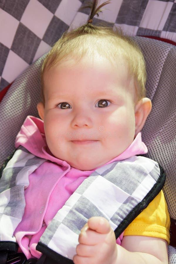 Le petit bébé nouveau-né se repose dans le siège de voiture photographie stock libre de droits