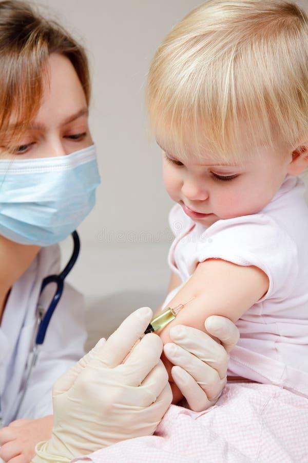 Le petit bébé obtient une injection photographie stock