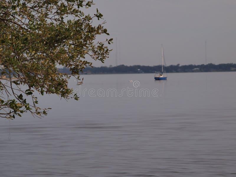 Le petit bateau à voile photo stock