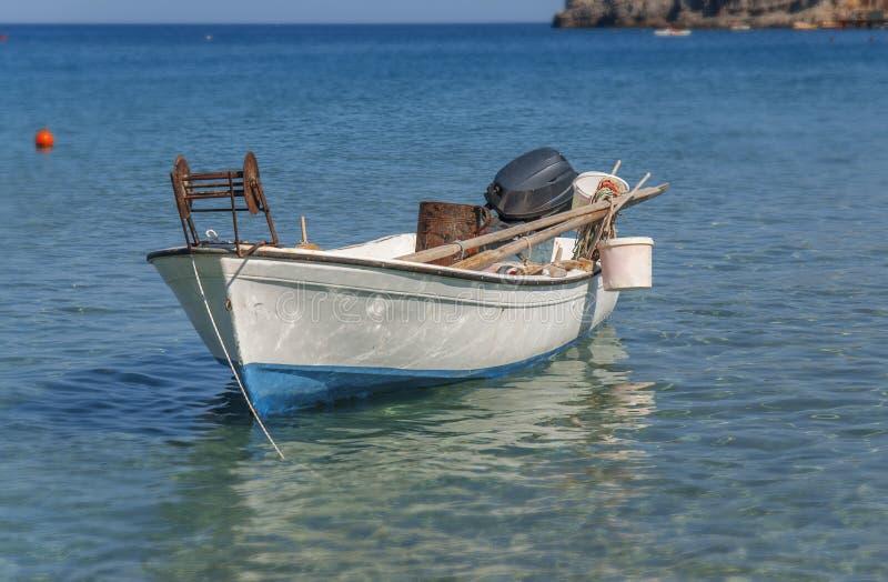 Le petit bateau de poissons blancs à la mer bleue accouplée et préparent pour la pêche images libres de droits