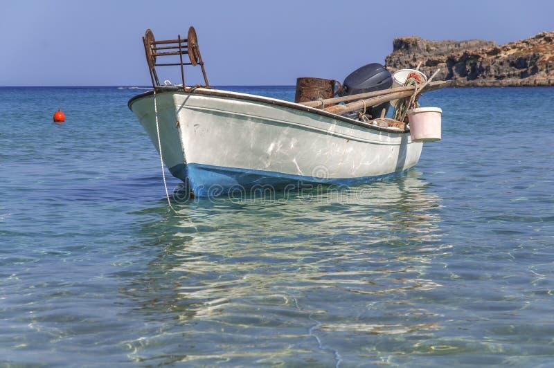 Le petit bateau de poissons blancs à la mer bleue s'est accouplé avec le premier plan et la pêche de mer photo libre de droits