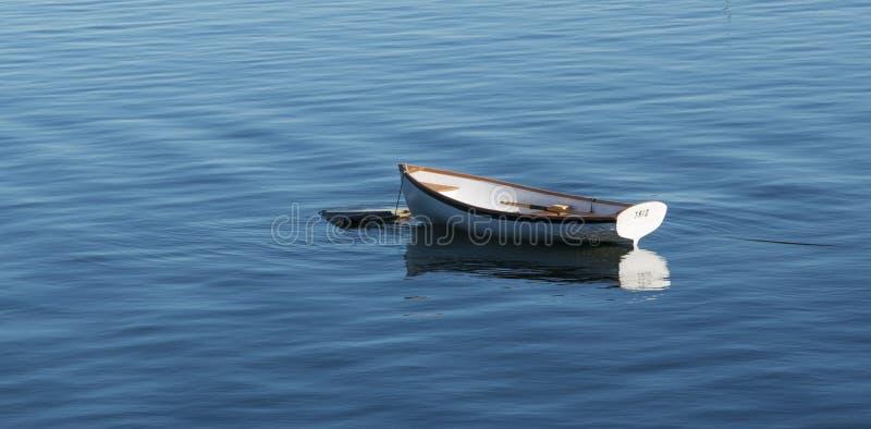 Le petit bateau de rangée en bois blanc a amarré en Bass Harbor Maine images libres de droits