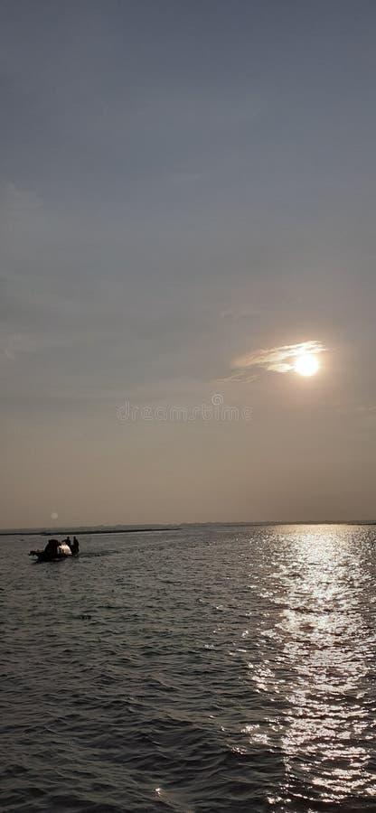 Le petit bateau est venu de l'inconnu photo stock