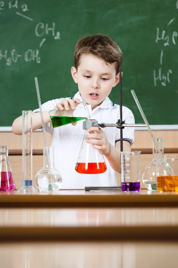 Le petit chimiste entreprend une expérience image libre de droits
