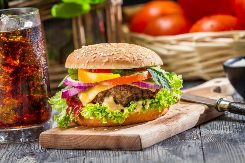 Le petit déjeuner américain traditionnel a composé de l'hamburger et d'un coke images libres de droits
