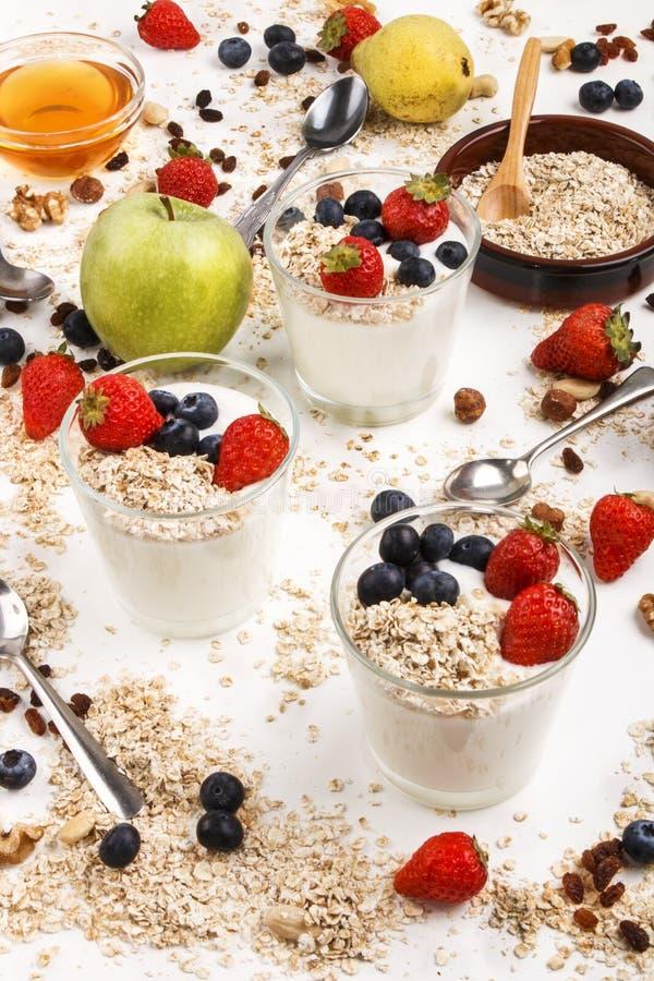 Le petit déjeuner organique sain avec la maison a fait le yaourt frais en verre image stock
