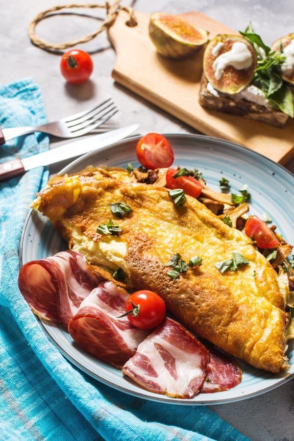 Le petit déjeuner répand omelette et sandwich avec des figues sur le fond concret photographie stock