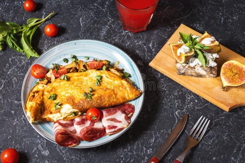 Le petit déjeuner répand omelette et sandwich avec des figues sur le fond en pierre image libre de droits