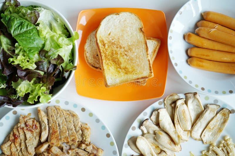 Le petit déjeuner sain avec du pain grillé, saucisse, a grillé le porc et le vegetabl photos libres de droits