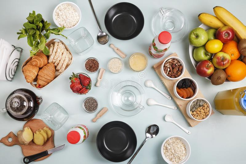 Le petit déjeuner sain, avoine s'écaille, porte des fruits, yaourt, produits diététiques, vue supérieure, mode de vie sain photographie stock libre de droits