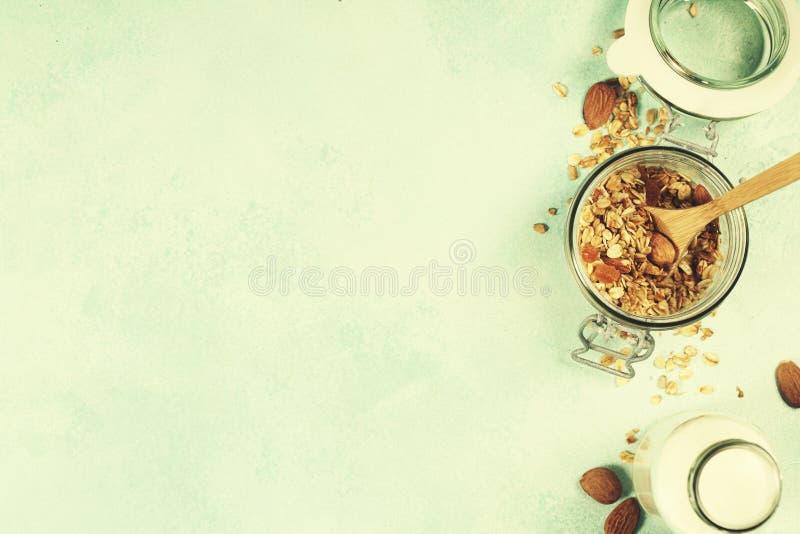 Le petit déjeuner sain a placé avec du lait de granola et d'amande photo libre de droits