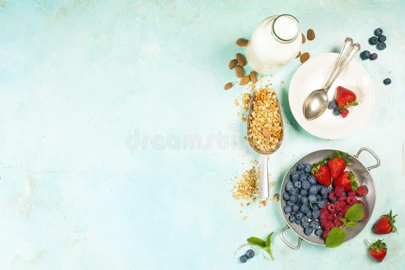 Le petit déjeuner sain a placé avec la granola, le lait d'amande et les baies photo stock