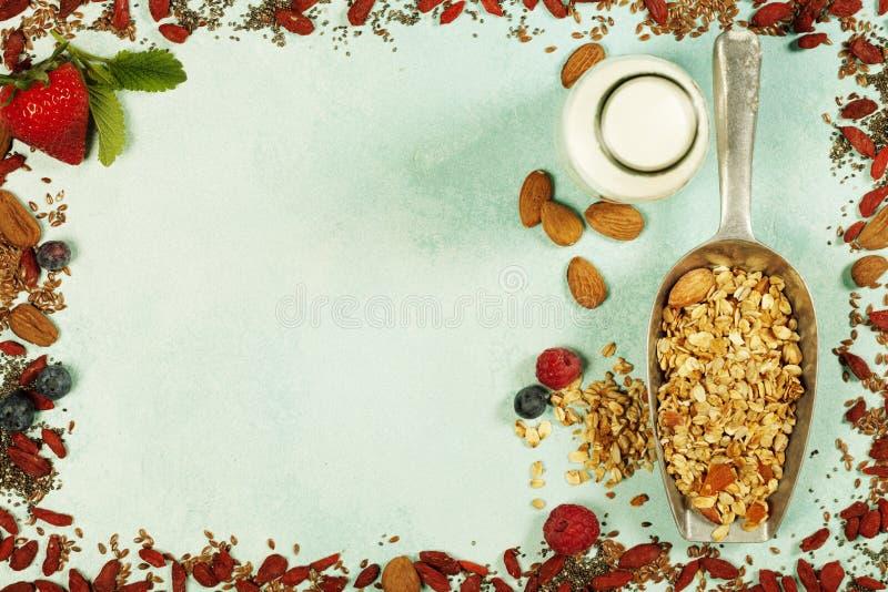 Le petit déjeuner sain a placé avec la granola, superfoods, lait d'amande et images libres de droits