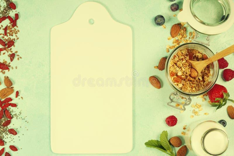 Le petit déjeuner sain a placé avec la granola, superfoods, lait d'amande et images stock