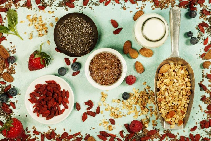 Le petit déjeuner sain a placé avec la granola, superfoods, lait d'amande et photo stock