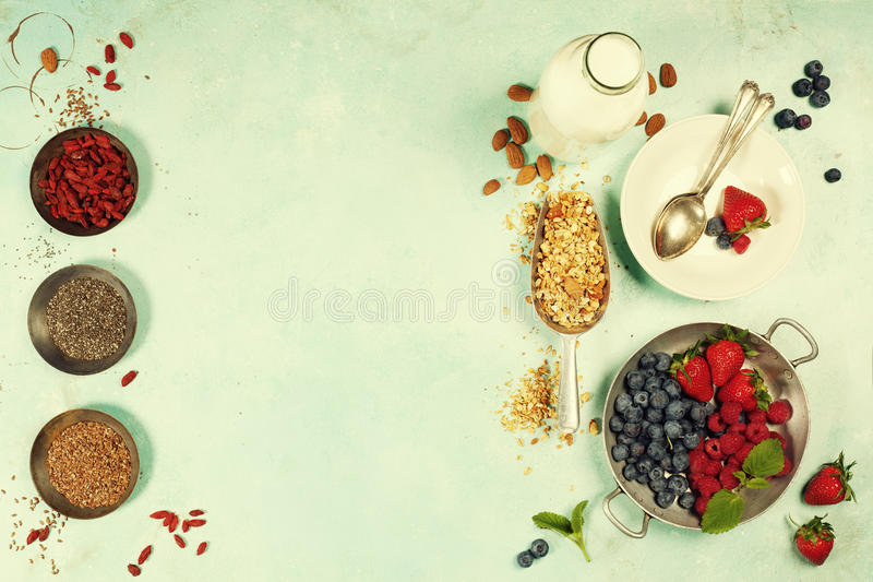 Le petit déjeuner sain a placé avec la granola, superfoods, lait d'amande et photographie stock