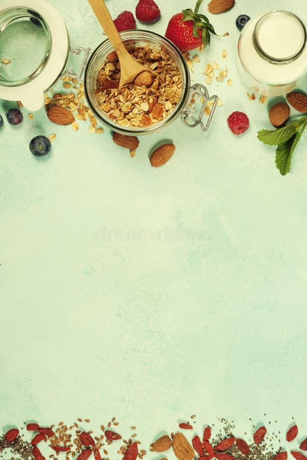 Le petit déjeuner sain a placé avec la granola, superfoods, lait d'amande et photos stock