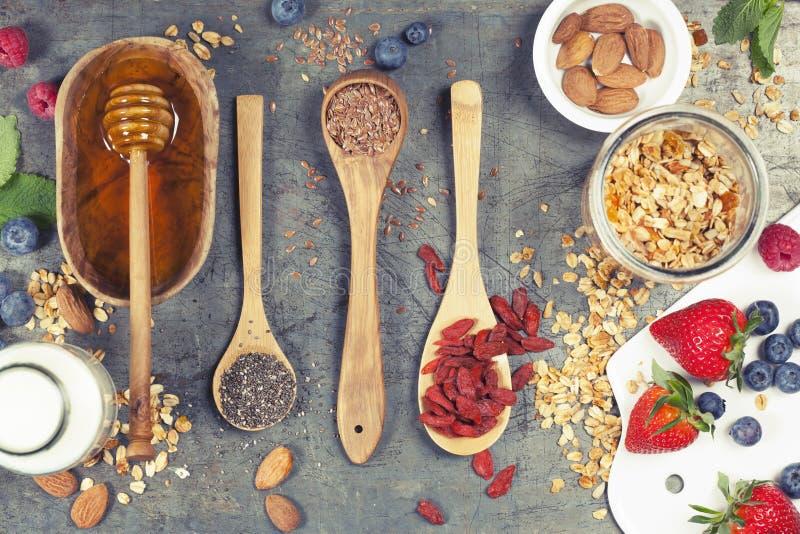 Le petit déjeuner sain a placé avec la granola, superfoods, lait d'amande et photo libre de droits