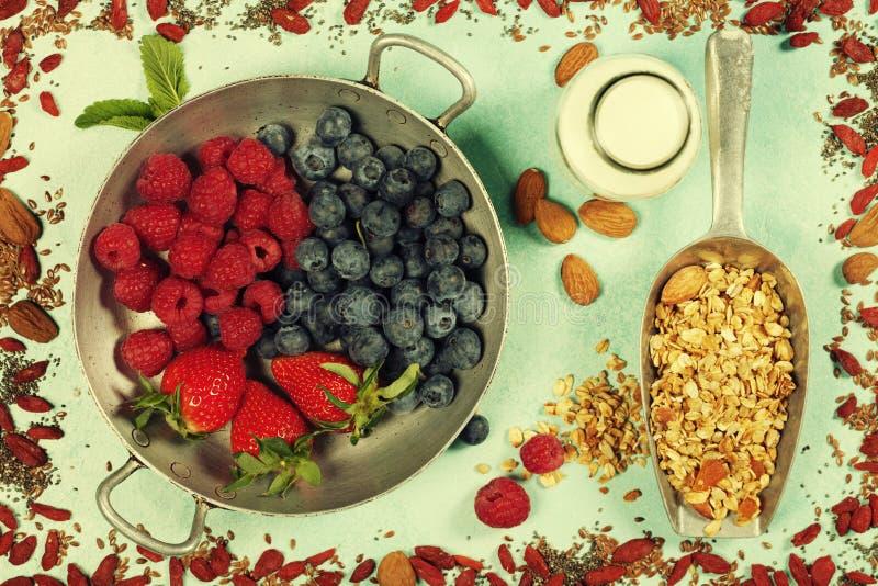 Le petit déjeuner sain a placé avec la granola, superfoods, lait d'amande et photographie stock libre de droits